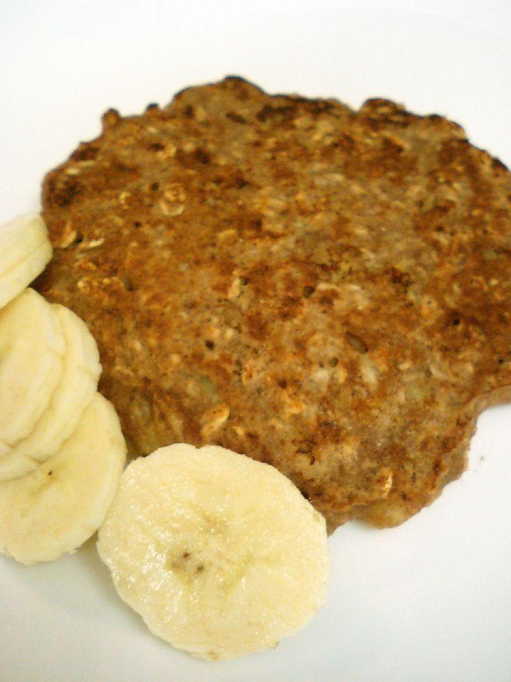 簡単!バナナとオートミールのパンケーキ    卵、砂糖不使用のシンプルでほんのり甘いバナナ風味の素朴なオートミールベイクです。 食物繊維もとれるのでダイエットにも!  材料 (1人分) オートミール(コストコのロールドオーツ) 大匙3 バナナ 大きめ (小なら1個) 2分の1 シナモン (or ココア or きな粉等) 小匙2分の1 ピーナッツバター 小匙1 牛乳 大匙2 ■ トッピング スライスバナナ(上のバナナの一部をとっておく) 4-5枚    作り方 1 マグカップにオートミール、バナナ、シナモン、ピーナッツバターを入れる。 2 食事用のフォークの背でバナナをつぶしながら、全体をよく混ぜる。2-3分。 バナナの形が多少残っても大丈夫。 3 全体が混ざったら牛乳を加え、さらによく混ぜる。 ドウの状態はホットケーキよりも固めでぼてっとした感じ。 4 直径18センチぐらいの小さめのフライパンに薄く油を引く。 3をフライパンに入れ丸く形を整える。 5 弱火でじっくり焦げ目が付くまで約4分焼く。 裏返して2-3分焼く。焦げ目が付いたら出来上がり。…