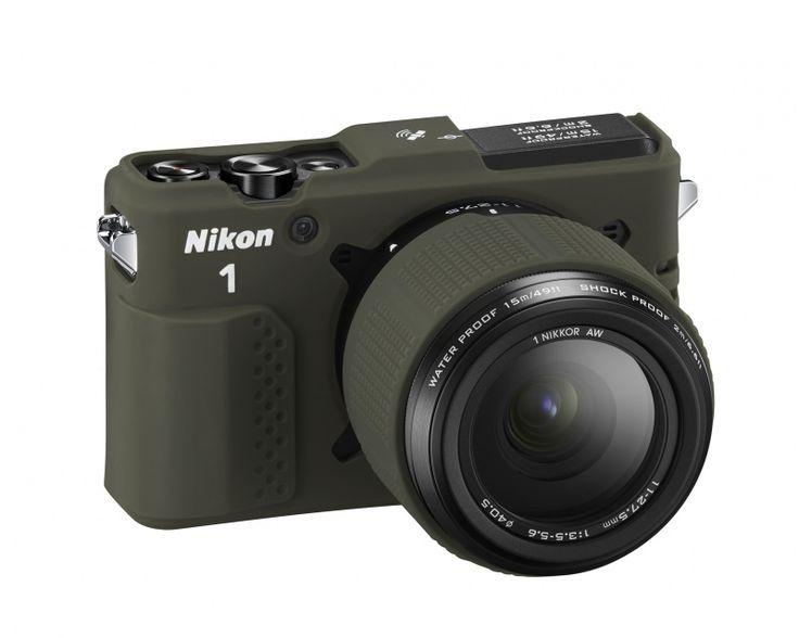 Nikon 1 AW1 to naprawdę pancerny aparat. Specjalne uszczelnienia mocowania obiektywu skutecznie zabezpieczają wnętrze przez zalaniem oraz wpływem środowiska, a podwójny mechanizm zamykania komory baterii oraz gniazd sprawia, że nie musicie już obawiać się przypadkowego otwarcia. Co więcej, uszczelniona została także podnoszona lampa błyskowa – koniec z niedoświetlonymi zdjęciami z głębin.