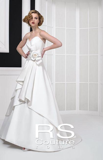 No.67-0019 シンプルな中に大人の遊び心をちりばめたシルクサテンのドレス。計算されたビスチェのカッティングが女性らしいラインを描き、ウエストについた縦リボンで愛らしさを表現。