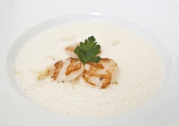 Spargel-Sahne-Suppe mit gegrillten Jakobsmuscheln