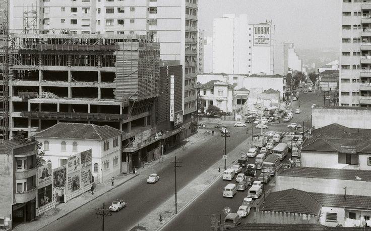 O Cine Belas Artes, um ano após a abertura: a nova Rua da Consolação acaba de ganhar forma. Ao fundo, o cruzamento com a Avenida Paulista. 13/9/1968 - foto: Ivo Justino / Gabinete do Prefeito Acervo AHSP
