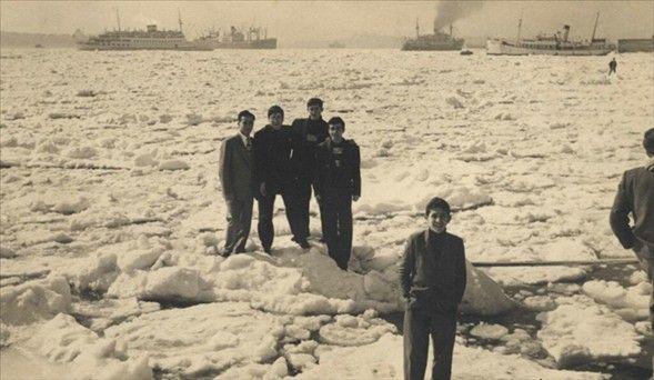 1954 yılı.İstanbul Boğazı donmuş durumda.