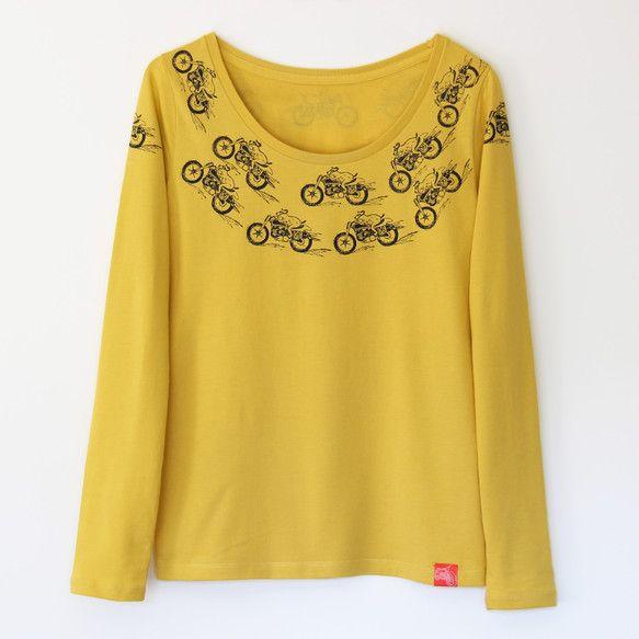 鮮やかなターメリックイエローのTシャツを、ちびイヌくんたちが走る! エナジェティックな柄だけどシックな色合い。【素材】 綿100% サイズ   L 着丈   ... ハンドメイド、手作り、手仕事品の通販・販売・購入ならCreema。