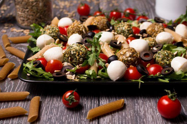 ALE BOMBA! Sałatka z rukolą, makaronem, czarnymi oliwkami, pestkami słonecznika, mozzarellą oraz czerwonymi i zielonymi kulami.
