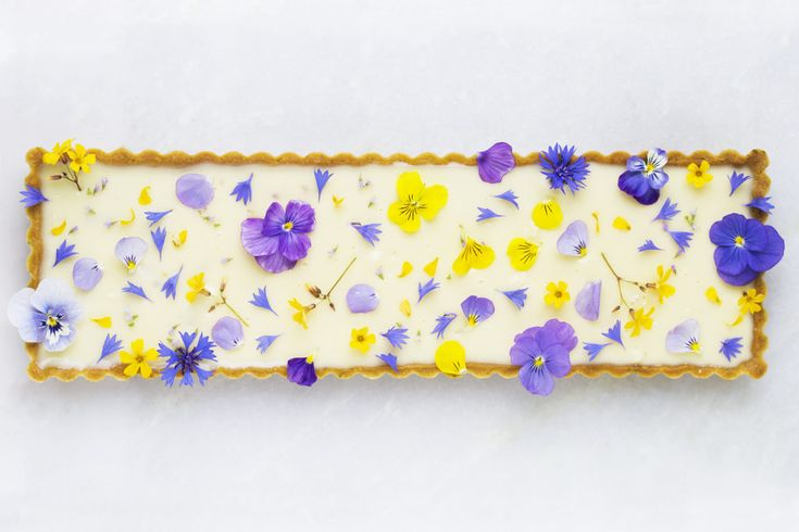 Frangipanetærte med kærnemælksganache, bær og blomster