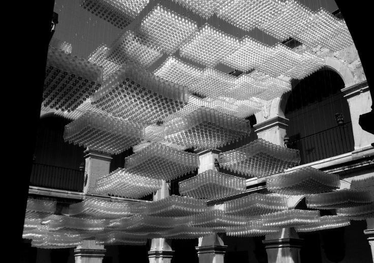 Colectivo NUBE_PET. Proyecto cultural que propone la exploración y reincorporación material de desecho a través de estructuras con potencial arquitectónico. Instalación en Universidad Autónoma de Aguascalientes.