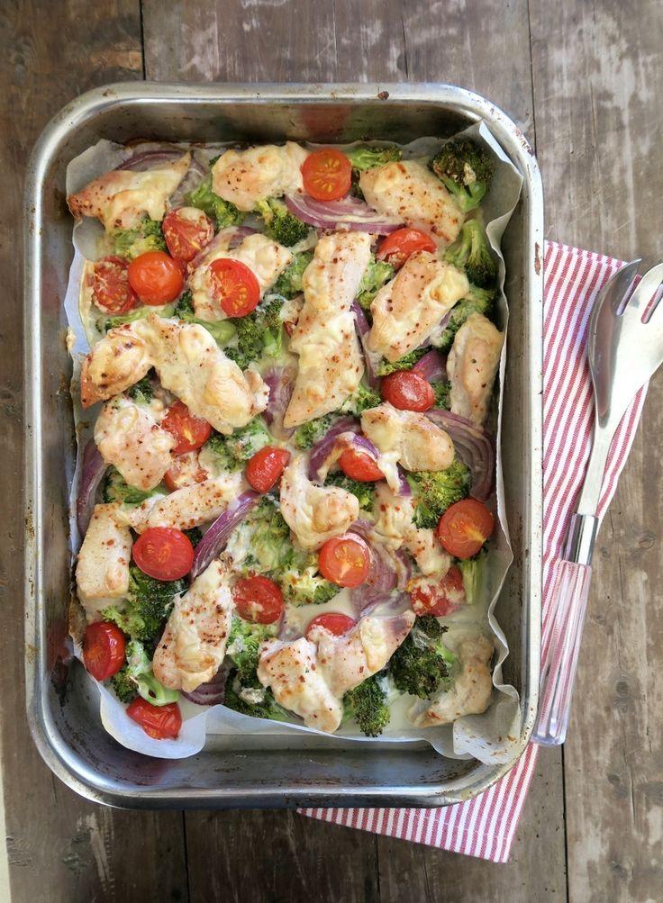 Hei! Dere er som regel på utkikk etter sunne, gode, raske og enkle middager, og her har dere en smakfull form med kylling, grønnsaker og baconost (som gir en litt krema, smakfull saus) servert med søtpotetmos. Knallgodt og en heilt super kvardagsmiddag som lages kjapt: Du trenger, 3-4 porsjoner 600-800 g kyllingfilêt 3-4 store søtpoteter …