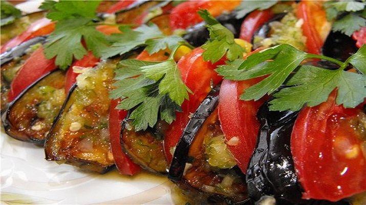 В летний сезон вкусные и нежные баклажаны могут послужить и закуской, и гарниром, и полноценным вторым блюдом.
