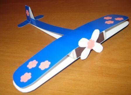 Бумажный самолет - поделка на военную тематику. Это не только занимательная поделка сделанная своими руками, но и хороший подарок на праздник для дедушки или отца.
