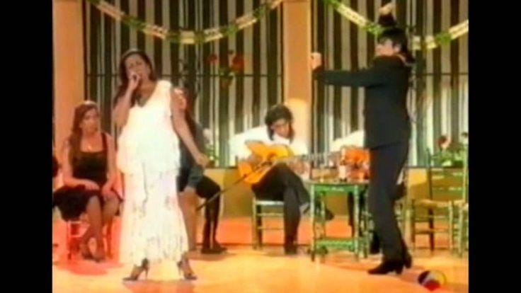 Lola Flores - 'un cuarterón de gitana' como ella confesó en una ocasión - presenta a Luisa Ortega, gitana e hija del gran Manolo Caracol.