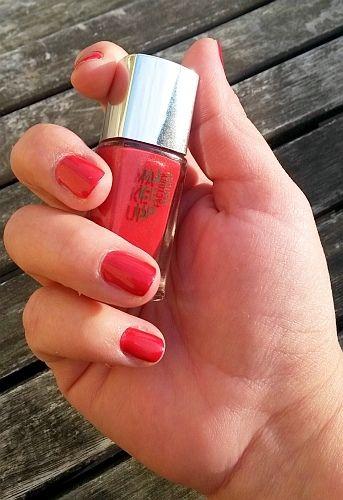 """Klassisches Rot, ein Evergreen :-) Der Nagellack von """"Make Up Faktory"""" mit der Nummer 483 hat ein warmes Rot, mit einem leichten Schimmer. Ich finde ihn einfach edel und bezaubernd! Er passt sowohl zu offiziellen Anlässen, wie auch zur alltäglichen Jeans!  I ♥ it!"""