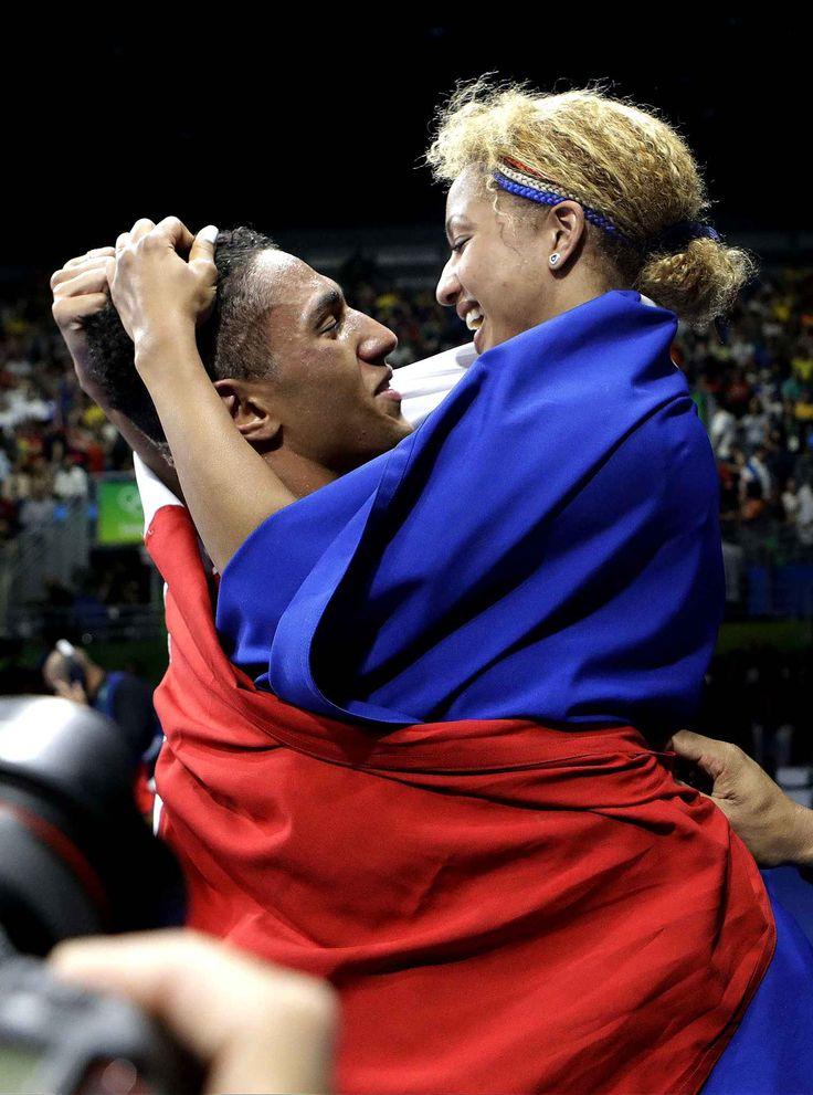 L'image de la dernière journée des JO, c'est le couple de boxeurs français Tony Victor James Yoka et Estelle Mossely, deux médaillés d'or, lui en plus de 91 kilos, elle en moins de 60 kilos. Et surtout des tonnes d'amour.