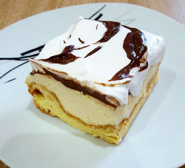 O reteta de prajitura ecler la tava facuta ca la mama acasa. Are la baza un aluat delicios, o crema de vanilie cu gelatina si un strat de..