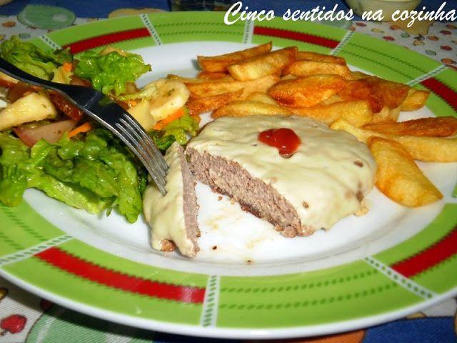 Cinco sentidos na cozinha: Hambúrgueres caseiros com cebola e queijo