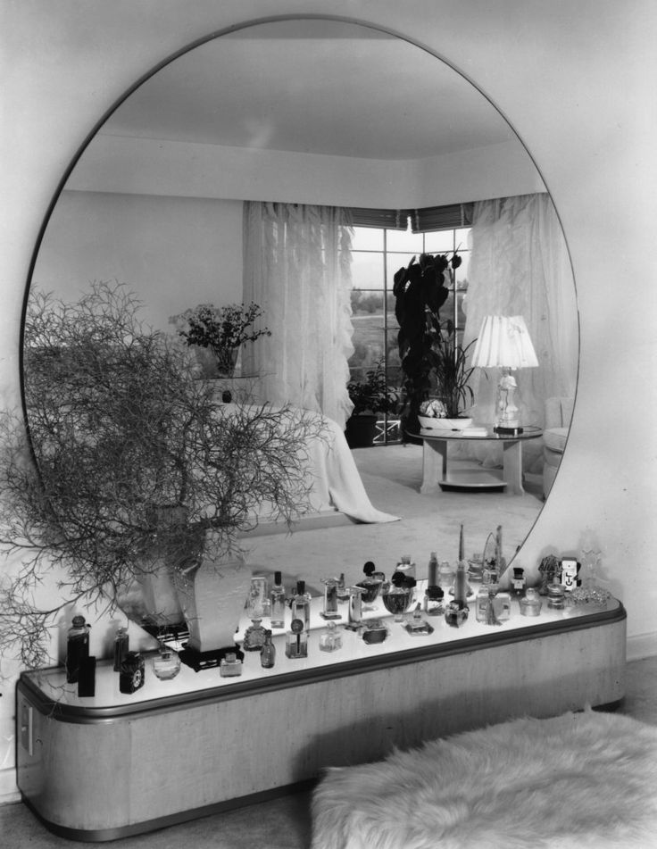 Black + white photo | Large circular mirror + ground level beauty desk