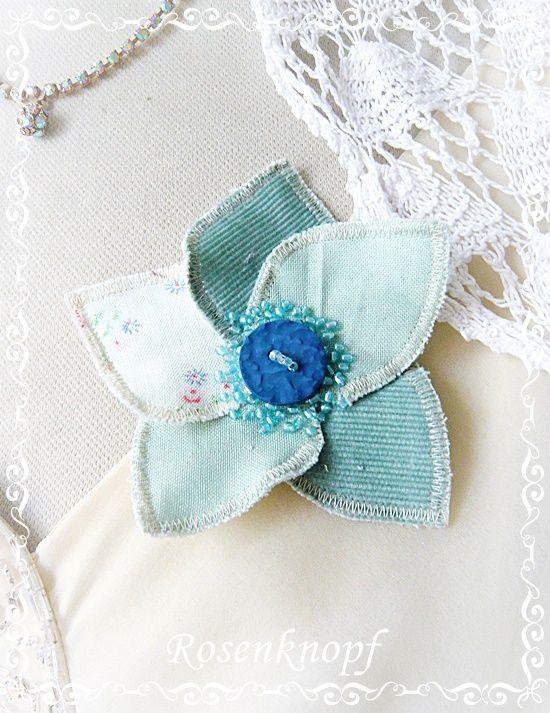Blütenbrosche aus fünf Blättern in Jade/Hellblau mit Vintage-Knopf und aufgestickten Perlen♥