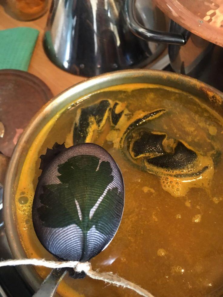 Abbiamo preparato 3 pentole differenti per colorarle: 1) Acqua, aceto e riso Venere 2) Acqua, aceto e curcuma 3) Acqua, aceto, foglie di cipolle rosse e rapa rossa. Di aceto basta un bicchiere a litro di acqua. Dopo 30 min circa aggiungere ai composti le uova e continuare a cuocere per altri 5/10 min. Abbiamo spento poi il fuoco e lasciato riposare il tutto per 3 ore circa. Scolare senza togliere ancora la calza