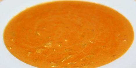 Nem opskrift på en dejlig cremet karrysuppe med ferskner. Fersknernes sødme og den stærke karrysmag passer rigtig godt sammen.