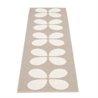 Aki carpet from Pappelina is a wonderfully stylish woven plastic rug that suits in the hallway, bedroom or in the kitchen. The carpet is also reversible where you will get a white background with a pattern in mud.