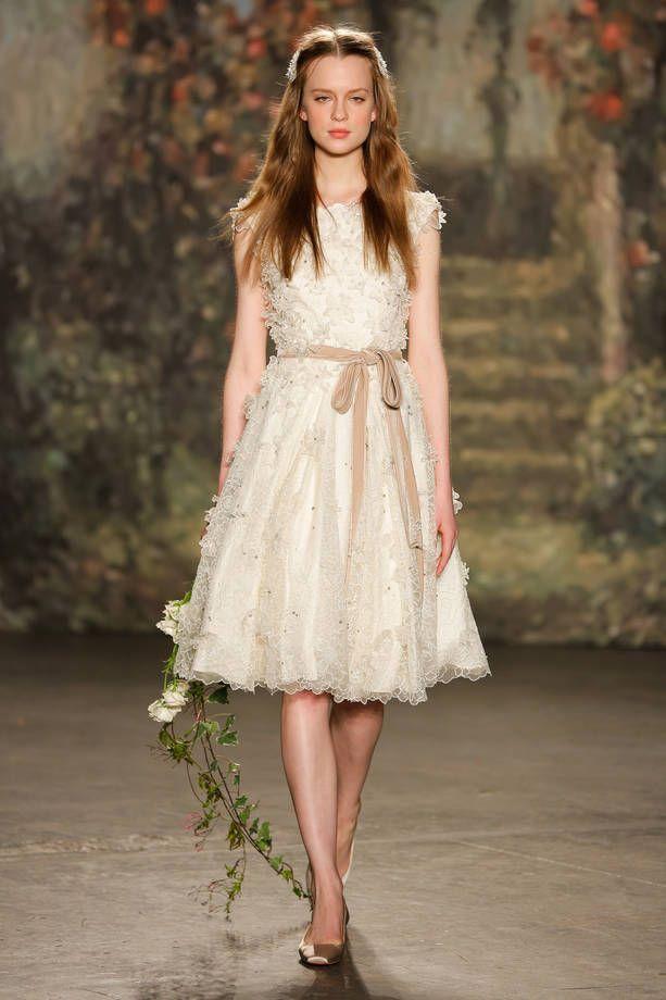 Abiti da sposa corti, i modelli più belli    Abito in pizzo con cintura beige Jenny Packham   FOTO