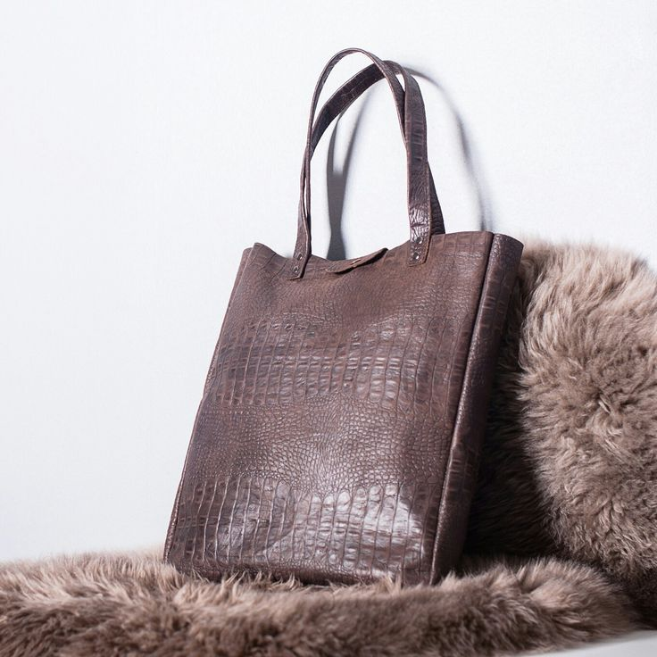 Handmade leather tote bag by Disorti.