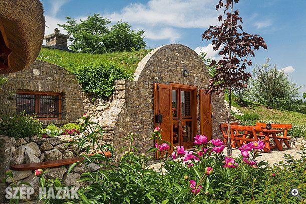 Borospince-nyaraló egy dombházban - Szép Házak