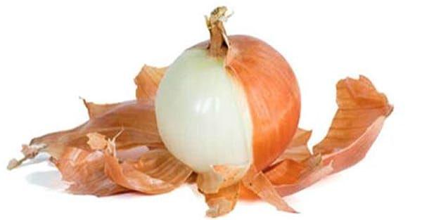 Wiele osób popełnia ten sam błąd – wyrzucają skórkę warzywa przed gotowaniem. Badacze wykazali jednak, że łupina cebuli jest bardzo bogata w przeciwutleniacze, które poprawiają nasze zdrowie na wielu poziomach.   Poza tym łupina cebuli zawiera mnóstwo błonnika i flawonoidów, które również są bard