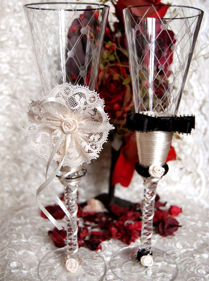 Un set de pahare decorat cu o dantela eleganta si elemente distinctive pentru mire si mireasa.