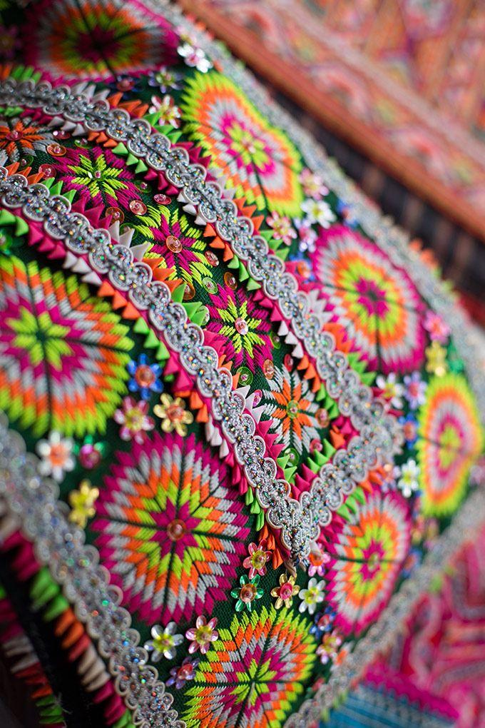 Broderies Hmong géométriques aux couleurs très vives avec appliqué de galons et de fleurs de sequins.