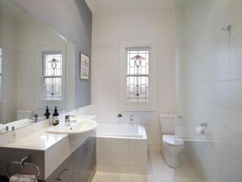 Classic bathroom design with corner bath using ceramic - Bathroom Photo 523517