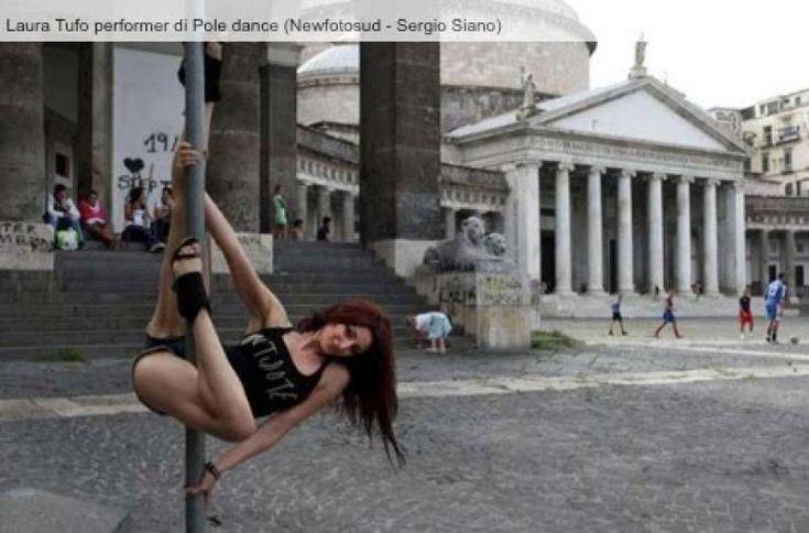 Balla avvinghiata ai segnali stradali a Napoli. Non meravigliatevi se, andando in giro per la città, scoprite una bella ragazza che danza avvinghiata ai segnali stradali o ai pali della luce. Si chiama Laura Tufo, si batte per diffondere la pole dance.
