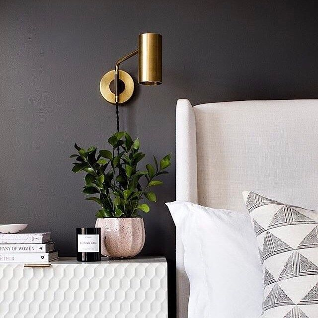 Bold bedside combo #envoyswingsconce #schoolhouseliving (photo by @jenniferhughesphoto via @elizabethlawsondesign) / Get the look with our Envoy Swing Plug-In Sconce in natural brass - link in profile