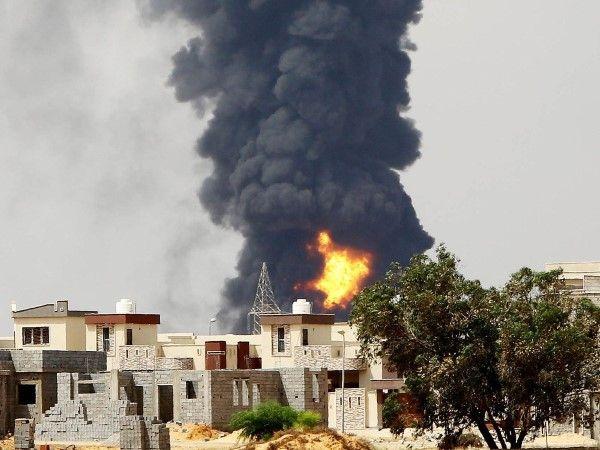 Intensificação dos combates castiga Trípoli Após confrontos entre milícias rivais pelo controle da cidade, um tanque de combustível queima em Trípoli há mais de três dias