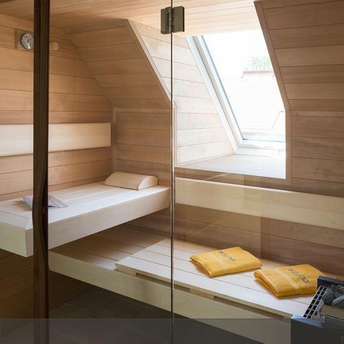 Maßangefertigte Sauna in einer Dachschräge mit Fenster. #roomido Mehr auf roomido.com