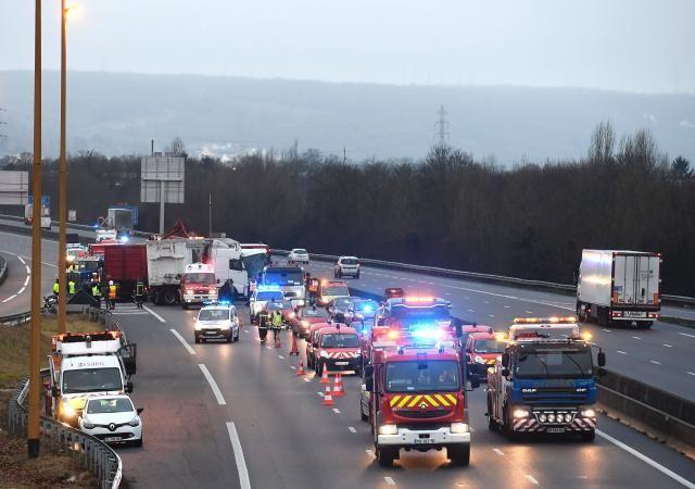L'autoroute A13 a été coupée dans le sens province-Paris et les automobilistes sont invités à éviter le secteur.
