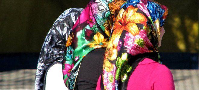 Τα δέκα μυστικά της μαντήλας - Τι κρύβουν τα κορίτσια που φορούν αυτό το ιδιαίτερο μαντήλι