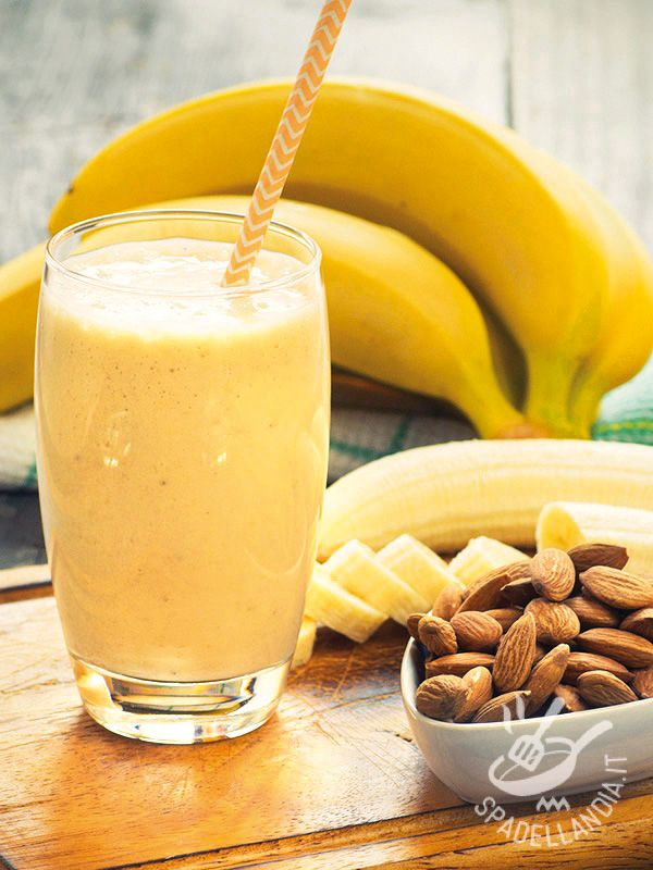 Smoothie of yogurt with banana - Il Frullato di yogurt con banane che vi proponiamo è arricchito con ingredienti aromatici e gustosissimi: provatelo, è una delizia! #frullatodibanane