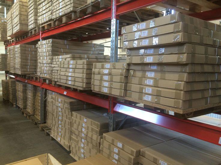 Del av vårt lager av skrivbord, skivor och elstativ. 1-2 dagars leveranstid i vitt och björk/Silver och vitt Begär prislista.