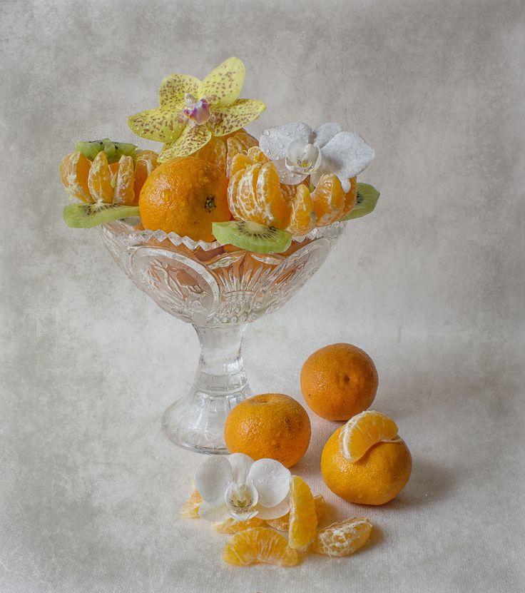 *** фрукты цветы орхидеи мандарины киви вазочка