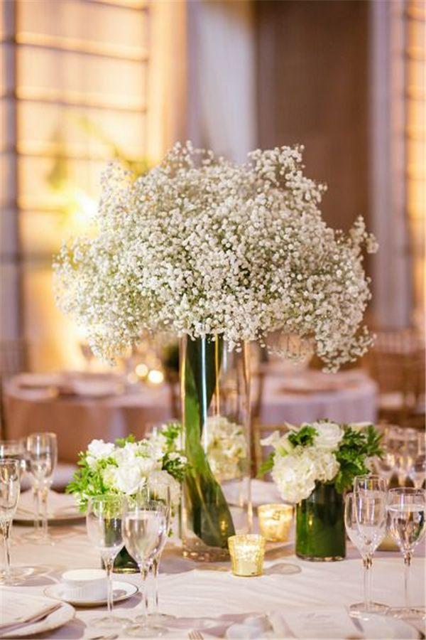 Centro de mesa altos y súper elegantes para bodas con baby breath, un estilo clásico. #CentrosDeMesaBodas