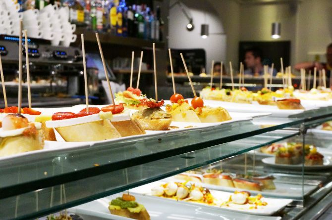 Cinq très bonnes adresses pour manger à Barcelone : bars à tapas, restaurants et stand à churros.                                                                                                                                                      More