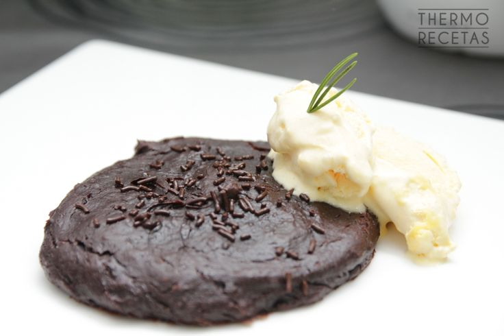 Galleta cremosa de chocolate y aguacate con helado de vainilla - http://www.thermorecetas.com/galleta-textura-bizcocho-aguacate-chocolate/