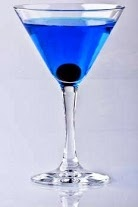 L'ANGELO AZZURRO   Tipologia: Cocktail alcolico  Ingrediente principale: Gin, Cointreau, Blue Curacao  Tempo di preparazione: 2 minuti  Per quante persone:1   Composizione:  3/10 di Cointreau  6/10 di Gin  1/10 di Blue Curaçao   PREPARAZIONE: Mettete i cubetti di ghiaccio nello shaker, aggiungere Gin, Cointreau e Blu Curacao. Shakerate finchè non si raffredda lo shaker. Versate in una coppetta martini precedentemente raffreddata e servire.