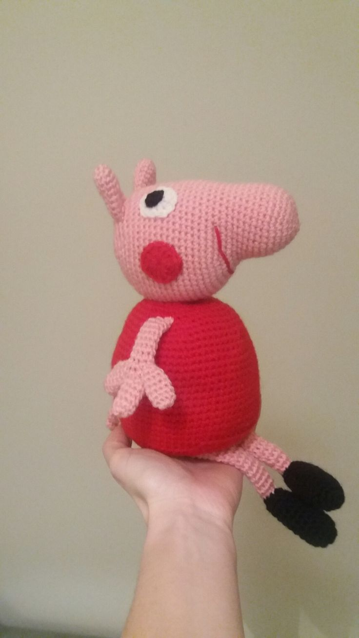 Pepa pig amigurumi crochet with acrylic rose and red yarn.