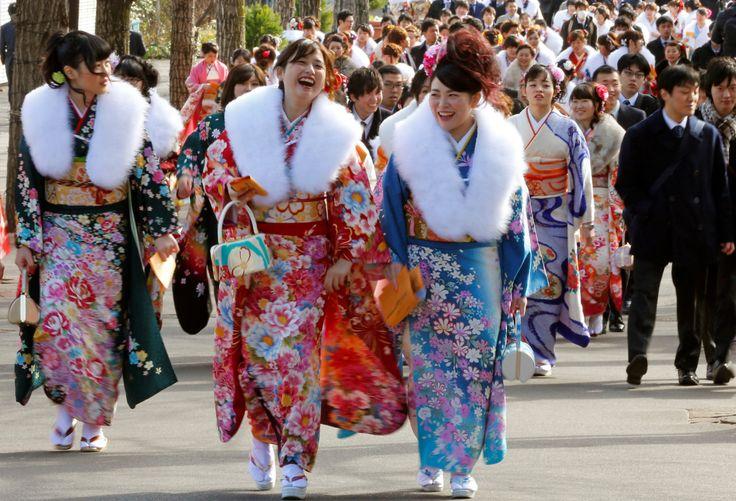 MAYORES DE EDAD. Jóvenes japonesas ataviadas con coloridos kimonos se preparan para asistir a su ceremonia de mayoría de edad en el parque de atracciones Toshimaen en Tokio, Japón. Con la ceremonia de mayoría de edad se celebra el comienzo de la edad adulta para aquellos que cumplen 20 años, edad con la alcanzan el derecho de ejercer su derecho al voto, beber o fumar. En esta festividad nacional, los jóvenes que cumplen 20 celebran su entrada en la edad adulta. Para la ocasión tienen lugar…