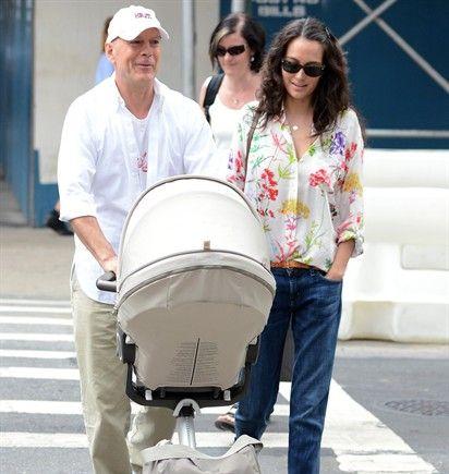 24/08/2012 Bruce Willis si conferma un super papà. Oltre le tre figlie avute da Demi Moore, l'attore è da poco genitore per la quarta volta. La modella e moglie (dal 2009) Emma Heming gli ha infatti regalato ad aprile una splendida bambina, Mabel Ray. E lui sembra molto felice di portarla a spasso in passeggino.
