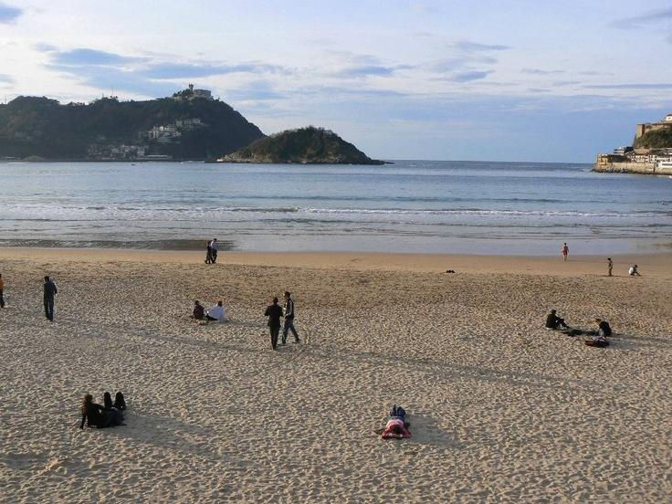 El número uno playa es La Concha Playa, San Sebastian. Es en España y es una bonita lugar. Yo quiero ir a La Concha Playa.