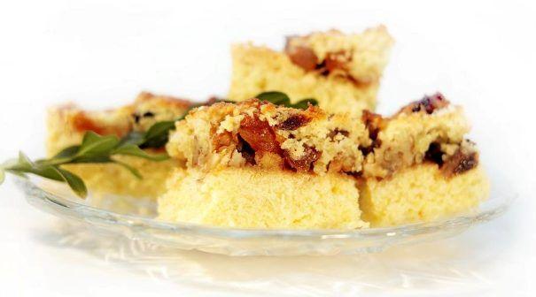 Mazurek bakaliowy to jedno z podstawowych ciast na świątecznym stole. Przepis na mazurka z bakaliami jest stosunkowo prosty, jednak wymaga nieco pracy.