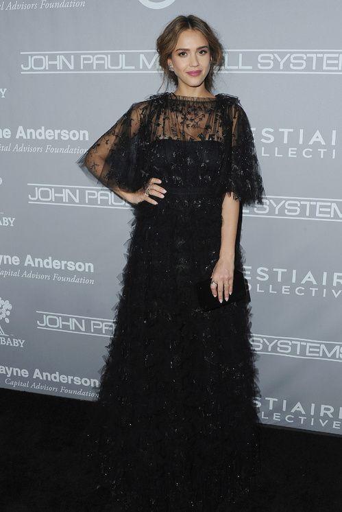 Jessica Alba en robe Valentino de la collection printemps-été 2017 au Baby2Baby Gala à Culver City