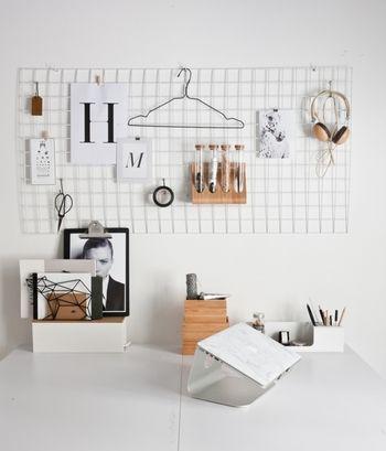 ワイヤーメッシュを壁にかけておけば、掛けたり挟んだり自由に壁をつかえます。ワイヤーメッシュは100円ショップなどでも手に入るので手軽に試せるアイディアです。